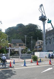 クレーンの一部が折れ、江島神社の鳥居(左下)の上部を壊した(=9日、江の島)