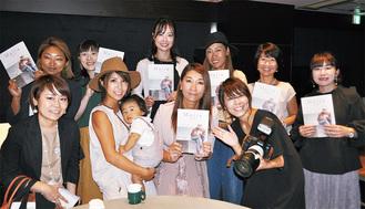編集長の柴田さん(前列左から3番目)と製作に携わったメンバーたち