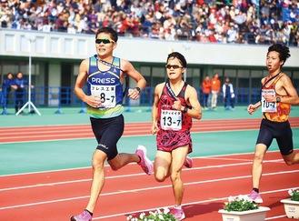 競技場でデッドヒートを繰り広げるプレス工業の池田選手(左)