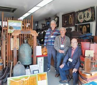 丁寧に解説してくれる長後歴史散策の会のメンバー(左から荻田准三さん、田場川善雄さん、野渡訓さん)