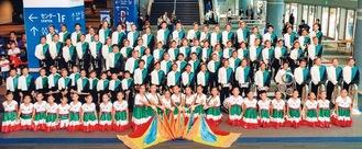 メキシコの国旗柄の衣装で着飾るメンバー