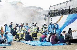 爆弾テロの負傷者役を救助する消防署員ら