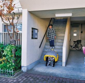 階段を下り、ごみ捨て場へ向かうロボット