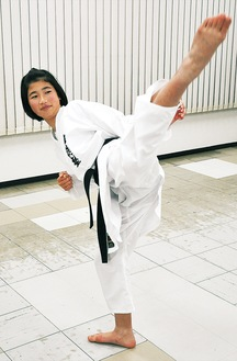 蹴り技を披露する和久石さん