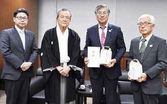 目録を手渡す相原圀彦宮司(左から2番目)と堀嵜壮権禰宜(左)