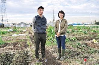 畑を紹介する代表の小島さん(右)とスタッフの山田さん