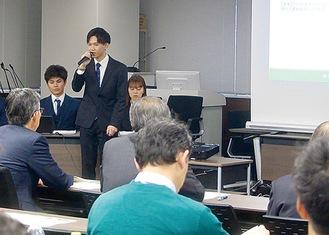 市議会に報告する学生