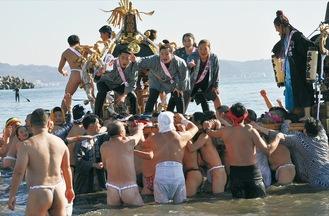 新成人を乗せ、海を練り歩くみこし(=19日、片瀬海岸東浜)