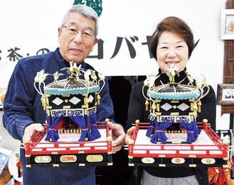 作品を手にする小川さん(右)と横山さん