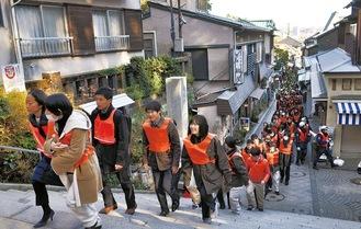 江島神社の参道を避難する様子