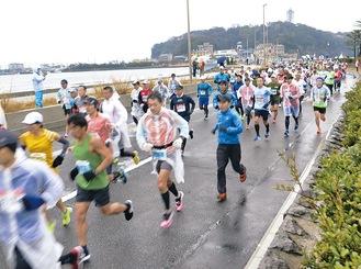 江の島大橋を疾走する10マイルのランナー