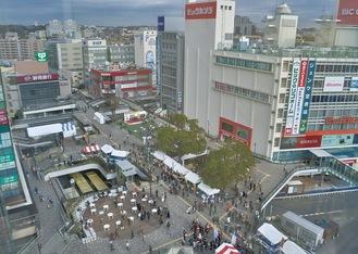 昨年末リニューアルが完了した藤沢駅北口ペデストリアンデッキ。駅周辺では今後東西地下通路や自由通路の改修を経て、南口の整備に移る
