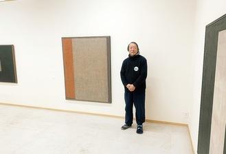 山内作品を紹介する館長の須藤さん