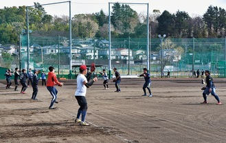 藤沢翔陵高校グラウンドで練習に取り組む選手