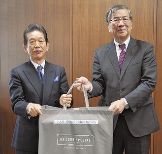 湘南都市開発(株)の吉原代表(左)と鈴木市長