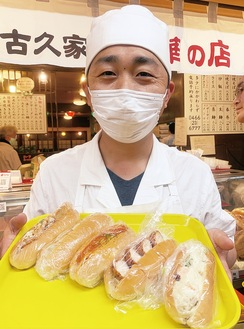 店頭に並ぶ多彩な「創作コッペパン」(=12日、味の古久家藤沢店)