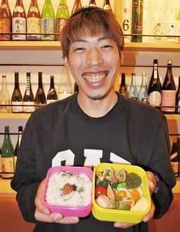 弁当を持ち笑顔の佐々木さん