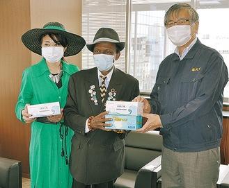 鈴木市長にマスクを手渡すサンコンさん(中央)
