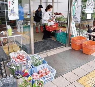 地元の農家が野菜などを持ち寄り、玄関が簡易の直売所となる(=5月19日撮影)