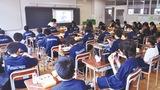 自席で前を向いて食事する生徒ら(=先月29日、第一中学校)