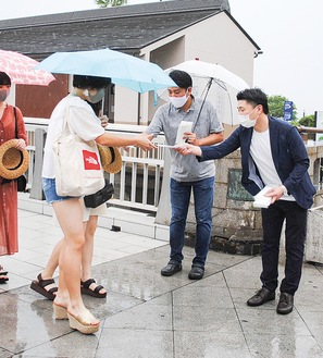 マスクを配布する発案者の貝作・加藤専務(左)と協力した渓濱商事・星社長