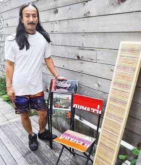 山崎さんが製作したウォールアートや椅子