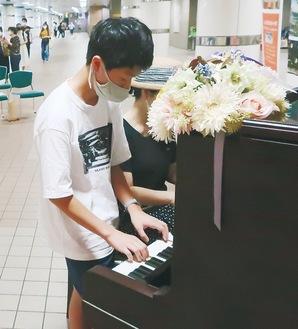 ピアノを並んで演奏する親子