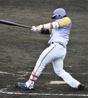 バッティングでチームを引っ張る牧田選手(神奈川フューチャードリームス提供)