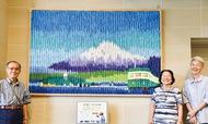 折り鶴5千羽で富士山の貼り絵