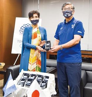 コーヒーを手渡すセラヤンディア大使(左)と鈴木市長