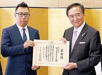 知事から感謝状を受け取った宮崎社長(左)