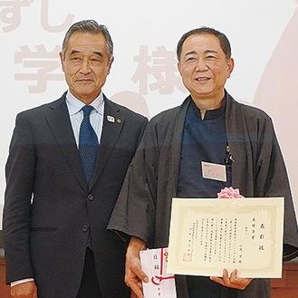 昨年、独自のナンプラー開発で大賞に選ばれた小又学さんと、増田理事長