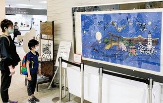 市役所1階に展示された切り紙作品