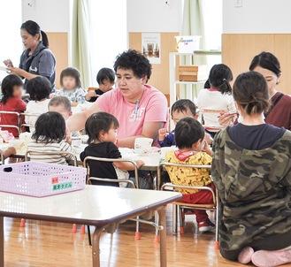村岡保育園での昼食の様子。人材不足に加え、保育ニーズの多様化が現場の負担に拍車をかけているという