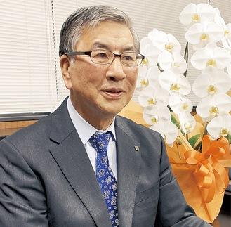 本紙の取材に応じる鈴木市長