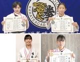 メダル、賞状を手にする(左上から時計回りに)宍戸さん、山口さん、井上さん、出嶋さん