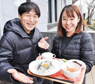 新成人に振る舞う予定のプレートを紹介する鈴木さん(左)と調理担当の鈴木千恵さん