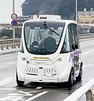 江の島大橋を走行する実験車両