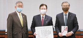 (左から)かながわ信用金庫の鈴木隆一常務理事、平松廣司理事長、鈴木恒夫市長