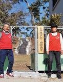 避難所を紹介する桐生さん(右)と末次さん。名称はかつて子どもたちが遊んでいた小山の愛称にちなんだ