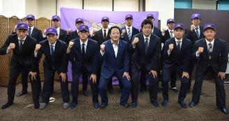 鈴木監督(右から3番目)、藤本伸也球団代表(真中)とガッツポーズする新人選手