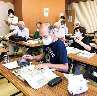 研修に参加する片瀬地区老人クラブのメンバー