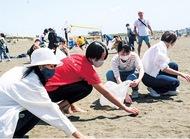 アースデー砂浜を清掃