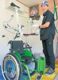 車いすと自転車を洗う石井さん