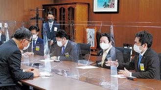 鈴木市長(左)と意見を交わす坂倉会長(右)と石井理事長(右から2番目)