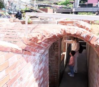 期間中は階段を降り、地下の遺構を直接見ることができる