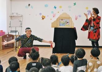 臨場感たっぷりに紙芝居を披露する半田さん(右)とあんぢさん