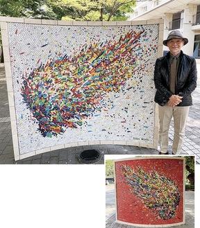 廣田さんと記念モニュメント。表裏がモザイク画になっており、隅には作品を紹介する二次元コードも設置されている
