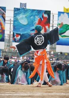 伝統の体育祭。仮装、大道具など役割分担し色対抗で競う(同校提供)