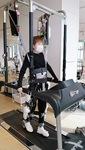湘南ロボケアセンター(辻堂神台)で歩行訓練をする西岡さん